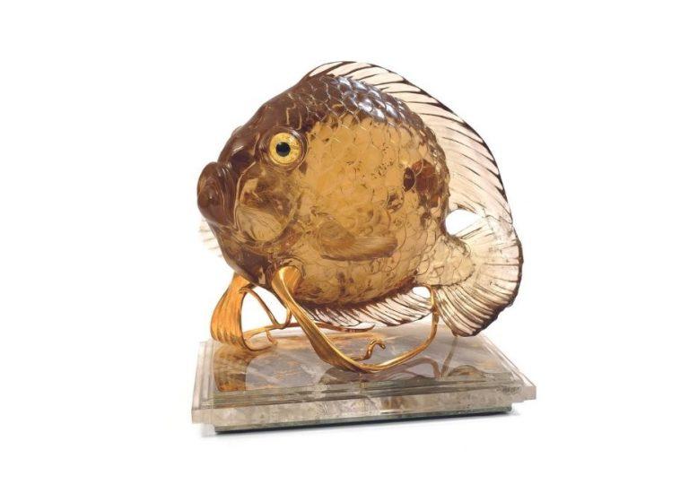 Fisch aus 18 Kt. Gold, Citrin und Bergkristall; Sockel mit vergoldetem Spiegel