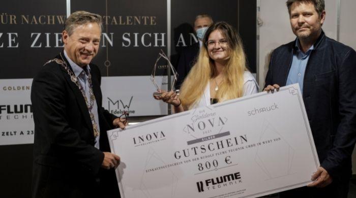 Rhea Auberger nahm den Preis für den zweiten Platz von Michael Jahr, Obermeister der Gold- und Silberschmiede-Innung sowie Juweliere Frankfurt entgegen. (Bildcredit: Stefan Höning)