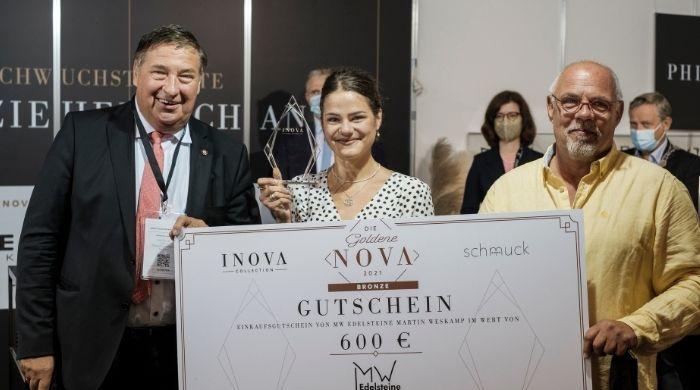 Malin Sleebom freute sich über den dritten Platz und nahm den Preis von Kurt Soucek, Vizepräsiden Me., Zentralverband Deutsche Goldschmiede entgegen. (Bildcredit: Stefan Höning)