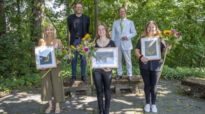 Preisträgerinnen Mayline Tram (1. Preis), Corinna Thom (Belobigung), Lilly Müller (Belobigung) (vordere Reihe von links) sowie Michael Kiefer und Marcus Mohr (rechts). Foto: Thomas Meyer, Pforzheim